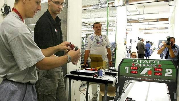 Odsouzení ze Školského vzdělávacího střediska Věznice Rýnovice dostali možnost se neoficiálně zapojit do projektu Formule 1 ve školách. Od loňského září museli na počítači navrhnout, zpracovat ve 3D a následně na NC obráběcích strojích vyrobit maketu F1.