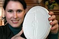 SÁDROVÝ ODLITEK DUKÁTU ukazuje grafička Irena Hradecká. Jak řekla, složitý prý pro ni rytíř příliš nebyl.