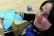 V jabloneckém Muzeu skla a bižuterie si děti ze 4. B Základní školy v Liberecké připravily krabičky a kouzelnou rybičku  jako dárek pro své blízké. Rybka je zároveň hlavolamem, který by měl obdarovaný rozluštit. Na snímku Anička Bugová.