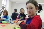 V jabloneckém Muzeu skla a bižuterie si děti ze 4. B Základní školy v Liberecké připravily krabičky a kouzelnou rybičku  jako dárek pro své blízké. Rybka je zároveň hlavolamem, který by měl obdarovaný rozluštit. Na snímku Kristýna Grygarová.