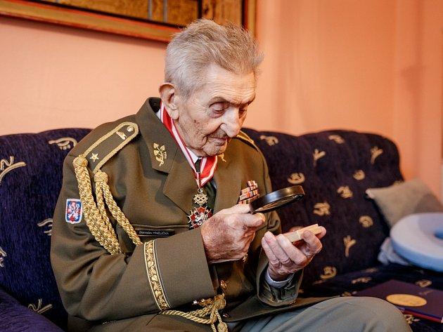Jablonecká Česká mincovna vydává k 75. výročí obléhání Tobrúku zvláštní zlatou minci s vyobrazením tamní válečné scény v roce 1941. Tuto unikátní minci obzvláště věnuje brigádnímu generálovi Stanislavu Hněličkovi.