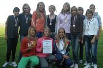 Mladé atletky z 5. ZŠ posílené o sedm děvčat z Liazu s přehledem vyhrály před Mladou Boleslaví a Českou Lípou a postoupily do semifinále MČR družstev, které se koná v polovině září.