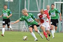 Na snímku jedna z posil jabloneckého týmu Adam Kocourek v souboji o míč s jedním z domácích hráčů. V zelených dresech přihlížejí jablonečtí Loučka a Hesek ( č.27)