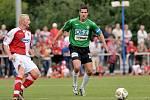 Na snímku jedna z posil jabloneckého týmu slovenský útočník Hesek ( vpravo v zeleném ) v souboji o míč s jedním z hráčů Energie.