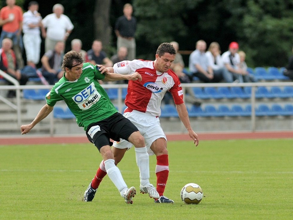 Na snímku v souboji o míč jablonecký Josef Hamouz, vpravo přihlíží jedna z posil jabloneckého týmu  slovenský útočník Hesek ( č.27)
