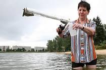 Jaroslava Teplíková provádí pravidelný odběr vody z jablonecké přehrady pro měření obsahu sinic. Hygienici jej provádí každých čtrnáct dní. Na pohled a první průzkum se zdála voda v pořádku.