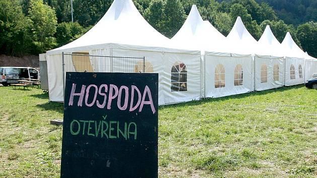 HOTOVO. V areálu největšího festivalu na severu Čech Benátská noc na Malé Skále je vše připraveno. Nechybí množství zázemí, kde mohou návštěvníci zahnat hlad a uhasit žízeň.