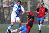 Fotbalisté Smržovky hned v prvním jarním kole obrali o body lídra z Maršovic (v červeném).