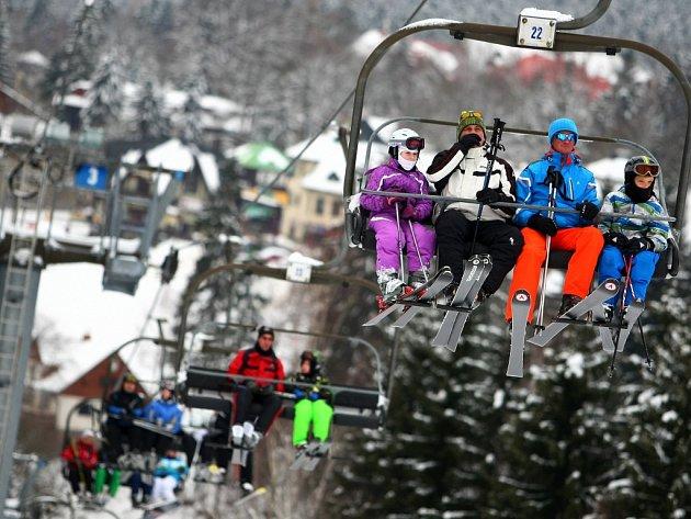 LYŽAŘSKÝ AREÁL ČERNÁ HORA v Harrachově se čtyřsedačkovou lanovkou je neustále plný příznivců zimních sportů. Hojně využívána je i běžkařská stopa, která vede kolem Skicentra a heliportu.
