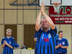 Dlouholetý hráč ELP Jablonec Stanislav Svoboda ukončil aktivní hráčskou kariéru. Od spoluhráčů dostal houpací křeslo, dýmku a papuče.