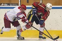 Vlci domácí výhrou nad Pelhřimovem (v bílém) srovnali sérii na 1:1.