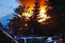 """V pátek v půl desáté večer vyjížděli profesionální hasiči následování dalšími dobrovolníky s cisternami k požáru """"domu hrůzy"""" mezi druhou a třetí jabloneckou přehradou v ulici Pobřežní 5."""
