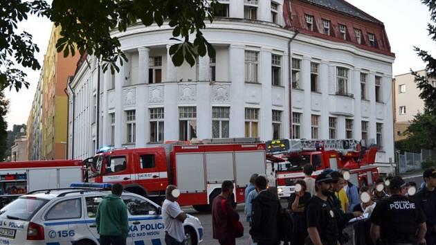 Evakuace z ubytovny v Sadové ulici v Jablonci