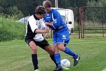 Fotbalisté Lučan v bílém remizovali v 6. kole fotbalové I.A třídy s Hejnicemi 0:0. Domácí záložník René Černý.