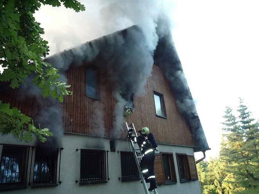 Při požáru chalupy v Rovensku pod Troskami v sobotu 13. června ráno bylo zraněno osm lidí. Několik přiotrávených osob hasiči zachraňovali střechou, dva lidi transportoval vrtulník v kritickém stavu do nemocnice.