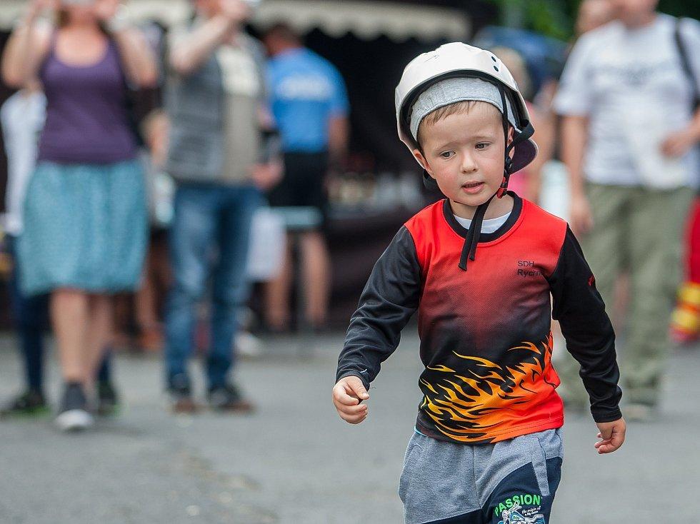 Tradiční Rychnovské slavnosti proběhly 26. května v Rychnově u Jablonce nad Nisou. Na snímku je ukázka požárního útoku mladých hasičů.