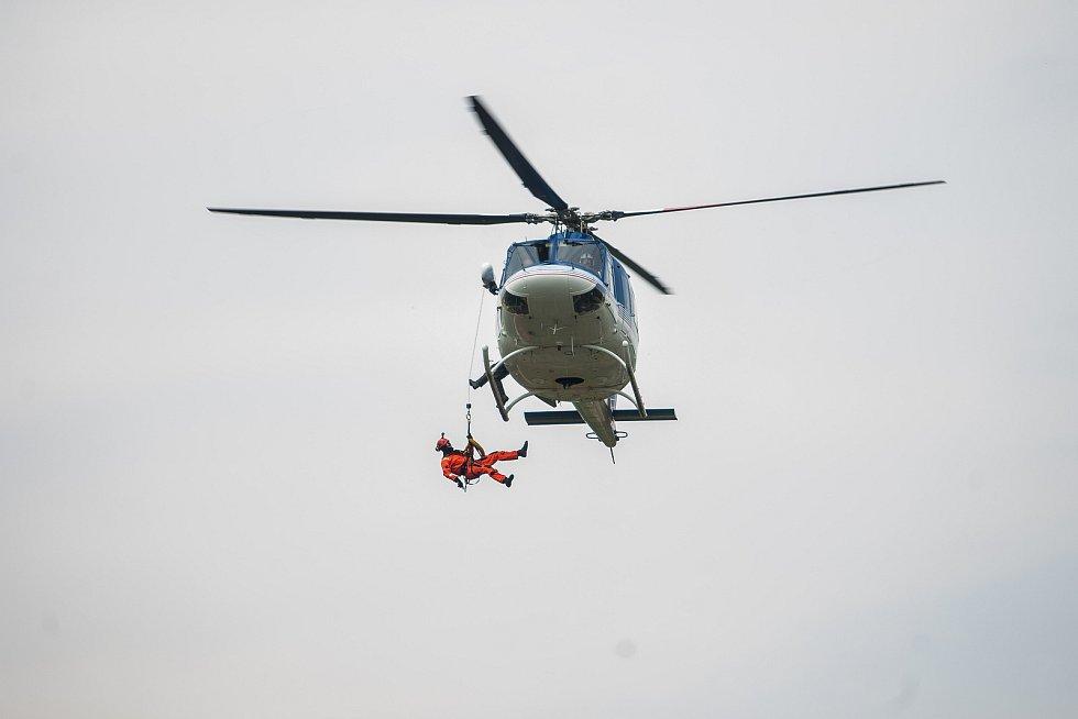 Taktické cvičení složek IZS se scénářem záchrany lidí při povodních proběhlo 3. května kolem řek Jizery a Mohelky za pomoci pěti vrtulníků. Šlo o největší cvičení podobného druhu v kraji od povodní v roce 2010. Na snímku je záchrana tonoucí osoby z řeky v
