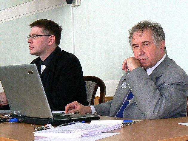 Naposledy na jabloneckém zastupitelstvu, prosinci, společnost mu dělal zastupitel Lukáš Pleticha (vlevo). Po osmnácti letech odchází do zasloužené penze tajemník úřadu Jiří Nesvadba.