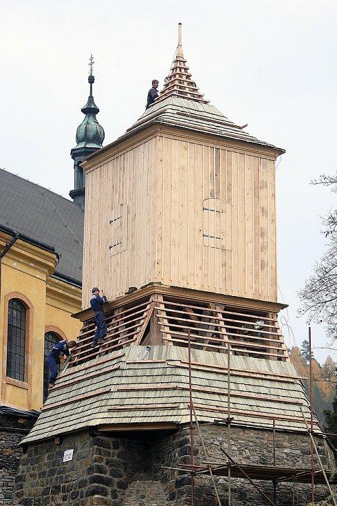 Železnobrodská zvonice dostává konečnou podobu.