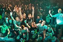 Členové rakouské kapely Red Square Scenario a část organizátorů na konci Crossover Sickfestu volume 4.