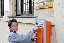Paní Tomášková slouží na pobočce České pošty v Huntířově přibližně rok. Státní podnik jí nyní nařídil úřední hodiny od 6.45 do 8.15 a navečer od 16.15 do 18.15. Obci se nelíbí, že podnik dříve na žádosti o změnu úředních hodin nereagoval.