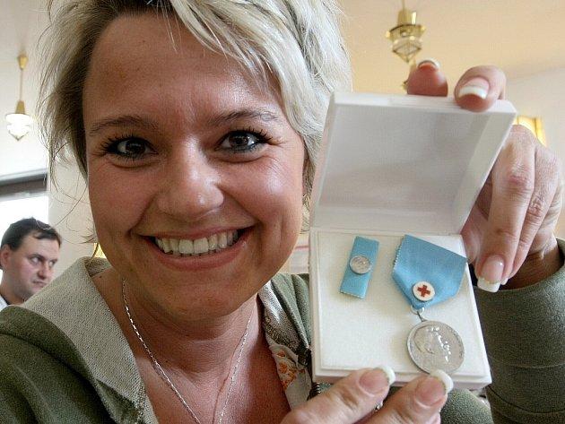 Stříbrné medaile Dr. Janského za dvacet odběrů krve zdarma převzali dárci ve středu v kapli jablonecké nemocnice.  Mezi oceněnými byla i Dagmar Němcová z Jablonce nad Nisou.