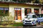 Ředitel Mětské policie Jablonec n. N. Roman Šípek se zástupci magistrátu a kolegů strážníků otevřel novou služebnu v Tyršově parku. FOTO: Radka Baloghová