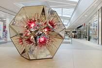 A co umělecký objekt znázorňuje? Podle teorie velkého třesku byl vesmír původně extrémně horké a husté skupenství, které se začalo rychle rozpínat.