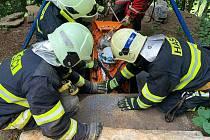 Hasiči cvičili záchranu lidí z jeskyně Poniklá.