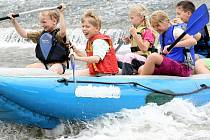 Jablonecké děti si vyzkoušely jízdu na raftových člunech po Jizeře na Malé Skále v rámci příměstského letního tábora Jablonečák.