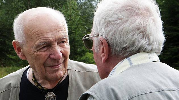Jaromír Hádek (zády) hovoří s Josefem Veselým před dvěma lety na místě střelby.