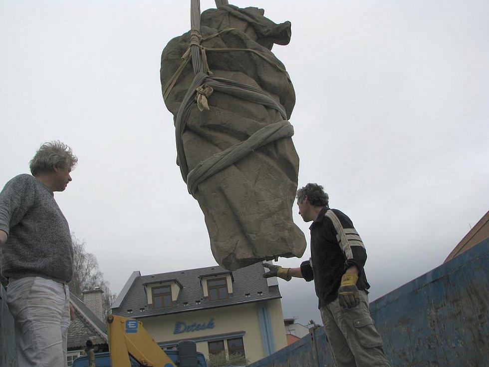 Odvoz poškozené sochy Panny Marie do Prahy.