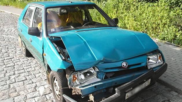 Po nehodě v ulici Tovární řidič Škody Favorit popojel z místa činu, vozidlo odstavil a z místa utekl.