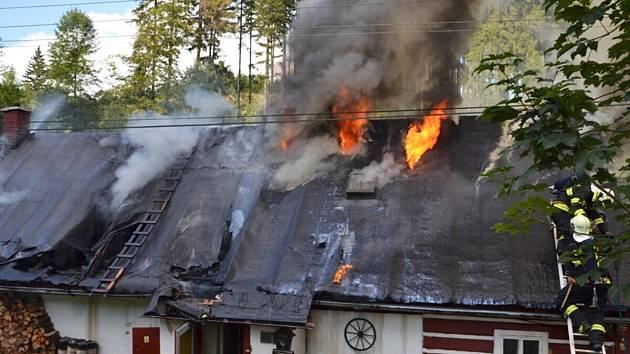 Požár roubenky v Jindřichově