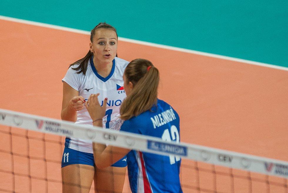 Kvalifikační utkání o postup na volejbalové mistrovství Evropy 2019 žen mezi reprezentačním výběrem České republiky a Estonska se odehrálo 22. srpna v Jablonci nad Nisou. Na snímku vlevo je Veronika Dostálová.