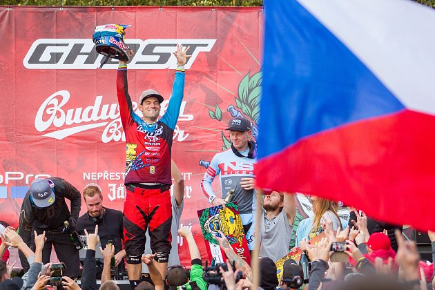 Finále závodu světové série horských kol ve fourcrossu, JBC 4X Revelations, proběhlo 15. července v bikeparku v Jablonci nad Nisou. Na snímku zprava Noel Niederberger a vítěz domácího závodu a zároveň celé letošní série, Tomáš Slavík.