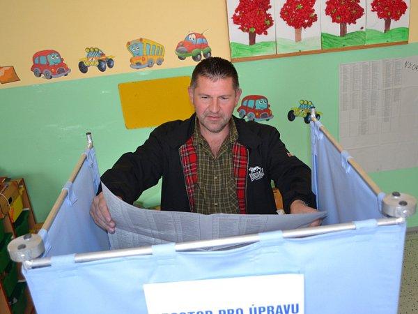Začaly volby do zastupitelstev měst a obcí. Ve volebních místnostech vZŠ Sokolí vJablonci, okrsek č. 5, 6, 7volí první voliči pár minut po začátku.