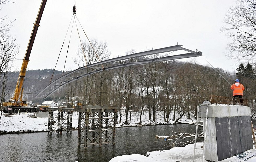Stavba mostu přes Jizeru