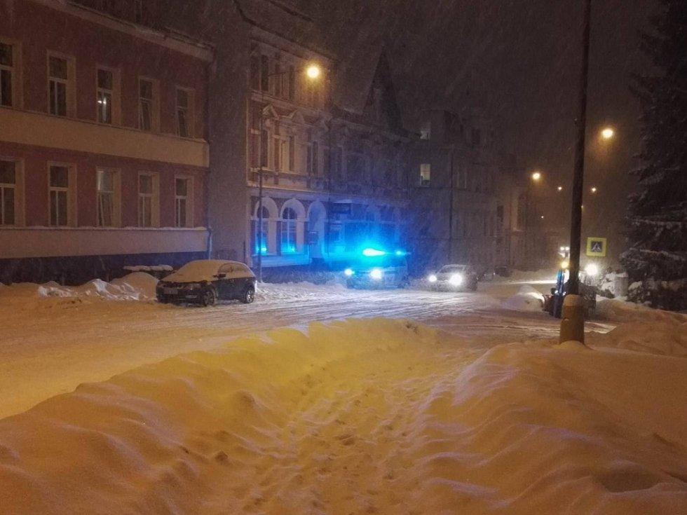 V 19 hodin došlo v Jablonci na Pražské k nehodě, řidič porazil chodce.