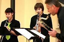 Přehlídku abstraktních duchovních obrazů v kostele sv. Anny připravil akademický malíř Rostislav Novák a akademický sochař Tomáš Polcar. Vernisáž, která se konala v úterý, hudebně doprovodilo Jablonecké klarinetové kvarteto (na snímku).