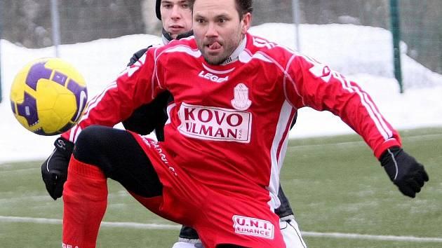 V rámci zimního fotbalového turnaje v Břízkách se střetly celky Maršovic a Rapidu Liberec. Zápas skončil nerozhodně 1:1. Na snímku maršovický útočník Jiří Kohoutek.