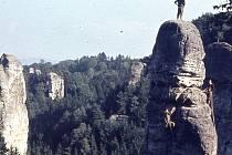Snímek B. Svatoše z roku 1964. Taktovka – Stará cesta VIIb. a  Josef Kuhn a Vladimír Chroust Procházka. I to najdeme v knize.