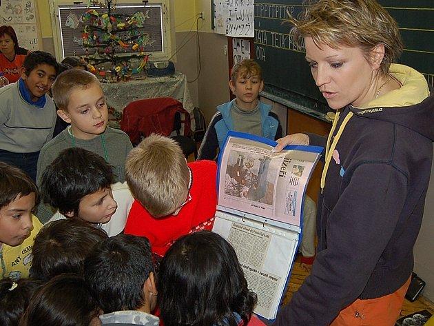 Dagmar Kubištová ukazuje dětem články o týrání zvířat, které vyšly i v jabloneckém deníku. Děti byly upřímně poděšeny nad obrázky týraných zvířat.