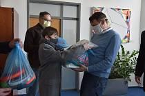 Ochranné štíty předala dobrovolnická skupina Libereckému kraji.