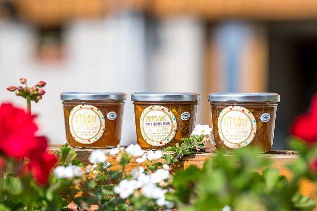 Naivní marmelády získaly celosvětové ocenění zAnglie. Přitom je po večerech vhotelové kuchyni vyrábějí dvě kamarádky Anna Jelínková a Lucie Kudibálová.