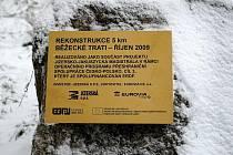 Kromě nové trati čekají lyžaře v nadcházející sezoně i další změny. Obec Bedřichov totiž letos na výjezdu ze stadionu dokončuje nové mosty, rozvody pro zasněžování a upravuje celé prostranství.