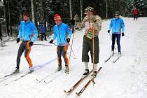PRVNÍ LYŽAŘI NA OPRAVENÉ TRATI. Zrekonstruovanou pětikilometrovou běžeckou trať v úterý při slavnostním otevření symbolicky projeli první lyžaři.