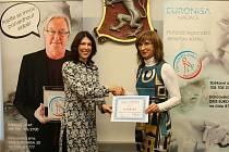 Předání šeků sbírky Pozvedněte slabé, jejímž organizátorem je Nadace Euronisa v Turnově