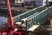 Přístavba lávky pro pěší na provizorním mostě přes Jizeru