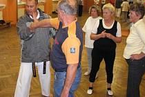 Senioři se pod dohledem instruktorů učí sebeobranu. Ilustrační snímek